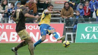 La expulsión de Nano en el minuto 65 marca un partido en el que cadistas e insulares firman el empate a cero goles.  Foto: Jesus Marin