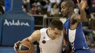 Milos Vujaric intenta superar a Earl Calloway.  Foto: José Manuel Vidal