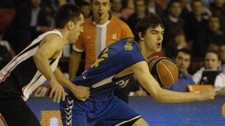 Satoransky intenta esquivar al contrario y seguir manteniendo el control del balón.  Foto: José Manuel Vidal
