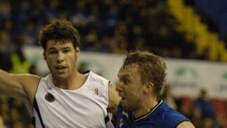 Savanovic agunata el balón e intenta encestar.  Foto: José Manuel Vidal