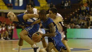 Xavi Rey y Calloway hacen una jugada del partido.  Foto: José Manuel Vidal