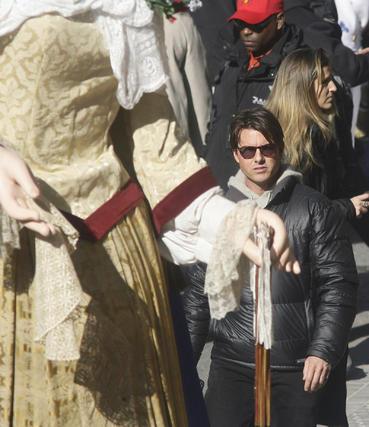 Tom Cruise observa una figura de Gigantes y Cabezudos.  Foto: Antonio Pizarro