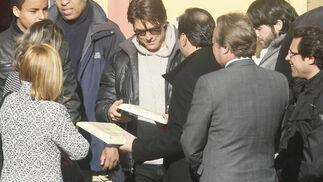 Tom Cruise recibe un obsequio de Gómez de Celis.  Foto: Antonio Pizarro