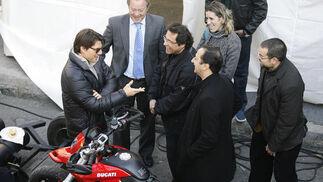 Cruise conversa con el delegado de Urbanismo y el productor José Luis Escolar.  Foto: Antonio Pizarro