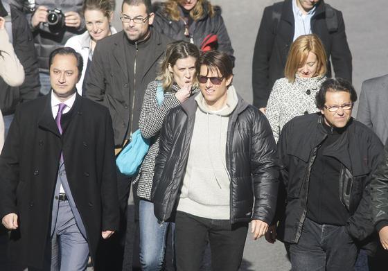 Tom Cruise camina acompañado por el delegado de Urbanismo y el productor José Luis Escolar.  Foto: Antonio Pizarro