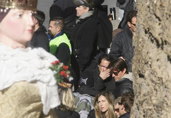 Tom Cruise conversa con José Luis Escolar con los Gigantes y Cabezudos en la muralla.  Foto: Antonio Pizarro