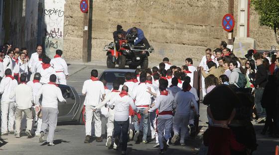 Mozos pamplonicas junto a la muralla.  Foto: Antonio Pizarro
