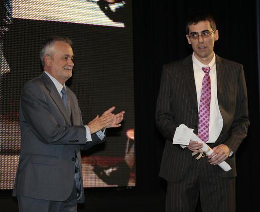 Álvaro Calleja, de 'La Opinión de Granada', recogió el premio de prensa.  Foto: Juan Carlos Muñoz