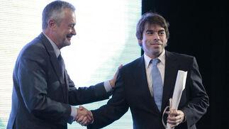 José Antonio Griñán entrega el galardón a Rafael Höhr.  Foto: Juan Carlos Muñoz