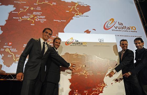 Los ciclistas, de izquierda a derecha, Alberto Contador, Alejandro Valverde, Samuel Sanchez y Ezequiel Mosquera posan junto al mapa con el recorrido de La Vuelta'10.  Foto: Agencias