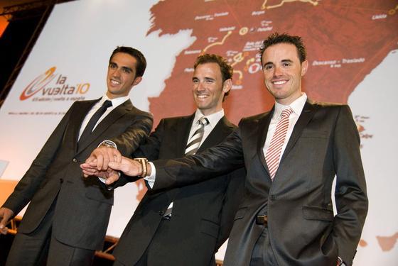 Tres de los mejores ciclistas españoles, Contador, Valverde y Sánchez, en la presentación oficial de la Vuelta Ciclista a España.   Foto: Agencias