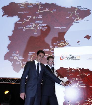Contador y Valverde señalan algunos de los puntos que comprenderán el recorrido de La Vuelta Ciclista.  Foto: Agencias