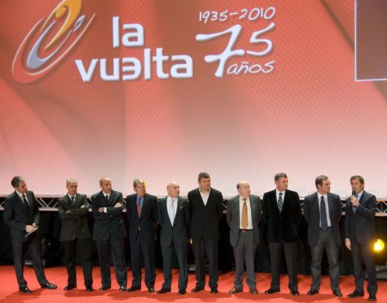 Foto de familia de diferentes personalidades durante la presentación de la LXV edición de la Vuelta Ciclista a España celebrada en el Palacio de Congresos y Exposiciones.  Foto: Agencias
