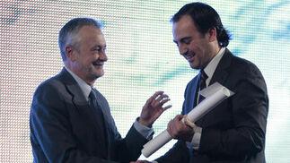Óscar Gómez Ortega, de Onda Cero, recibe el repmio en la modalidad de Radio.  Foto: Juan Carlos Muñoz