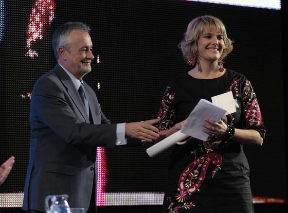 Paz García Santana recoge el premio en la modalidad Televisión en representación del equipo de 'Los Reporteros', de Canal Sur.  Foto: Juan Carlos Muñoz