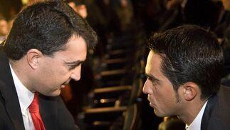 El director general de la Vuelta a España 2010, Javier Guillén conversa con Alberto Contador.   Foto: Agencias
