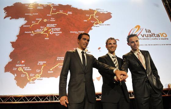 Los tres ciclistas españoles durante la presentación de la Vuelta de España 2010.  Foto: Agencias