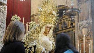 Besamanos de la Esperanza de Triana en la capilla de los Marineros.  Foto: Juan Carlos Vázquez