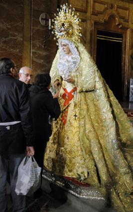 Besamanos de la Macarena en la basílica.  Foto: Juan Carlos Vázquez