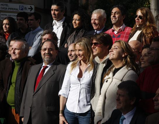 Cameron Diaz y Tom Cruise, con autoridades, miembros del equipo de rodaje y colaboradores en la Plaza de Pilatos.  Foto: Victoria Hidalgo