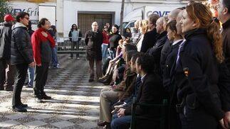 Tom Cruise observa a todos los miembros del equipo de rodaje y colaboradores en la Plaza de Pilatos.  Foto: Victoria Hidalgo