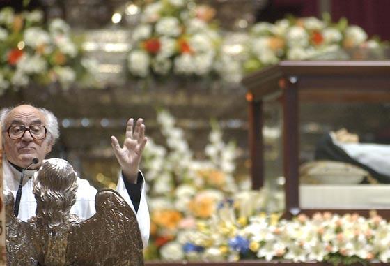 El Padre Javierre da la misa en la Catedral con motivo de la Canonización de Sor Ángela.  Foto: Antonio Pizarro