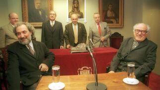 Javierre en el Ateneo con el Defensor del Pueblo Andaluz, José Chamizo en el 2000.  Foto: David Estrada