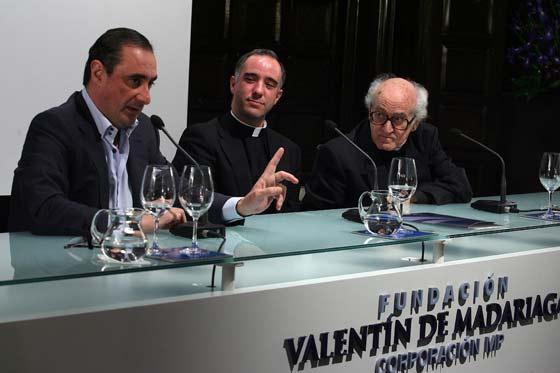 El Padre Javierre participando en una tertulia en la fundación Madariaga en el año 2007.  Foto: Juan Carlos Muñóz