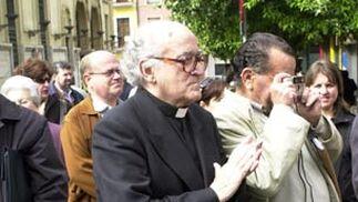 El sacerdote y periodista en el funeral por el Padre Leonardo en el 2005.  Foto: Juan Carlos Muñóz