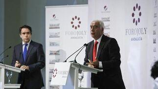 El director de Diario de Cádiz, Rafael Navas (izquierda), traslada al consejero de Turismo, Luciano Alonso, las preguntas de los asistentes.  Foto: Julio Gonzalez-Joaquin Pino-Jose Braza