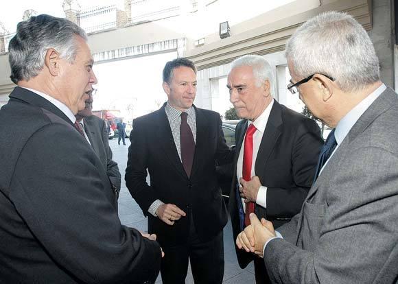 De izquierda a derecha: el consejero de Gobernación, el presidente de Grupo Joly, el consejero de Turismo y el delegado del Gobierno andaluz en Cádiz.  Foto: Julio Gonzalez-Joaquin Pino-Jose Braza
