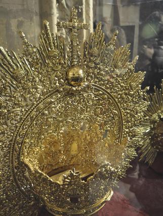 Restauración del manto de la Virgen de Loreto de San Isidoro