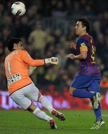 El Barcelona sufre para ganar con diez al Sporting de Gijón. / AFP