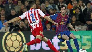 El Barcelona sufre para ganar con diez al Sporting de Gijón. / EFE