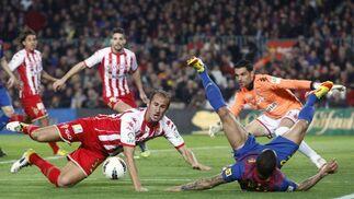 El Barcelona sufre para ganar con diez al Sporting de Gijón. / Reuters