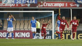 Los jugadores del Córdoba celebran el primer gol del encuentro. / Juan Carlos Toro