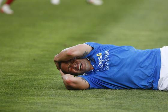 Jose Mari se duele en el suelo de un golpe. / Juan Carlos Toro