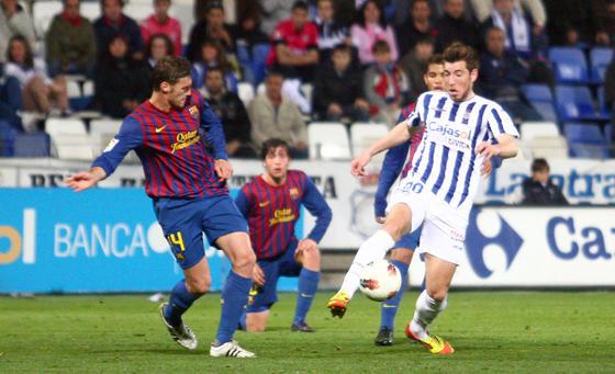 Enrich controla una pelota ante un jugador rival. / Josué Correa
