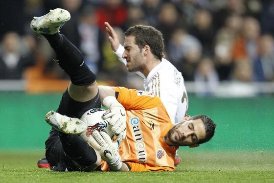 Casilla se anticipa a un balón ante Higuaín. / Reuters