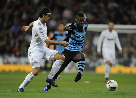 Sami Kedhira pelea un balón con Romaric. / AFP