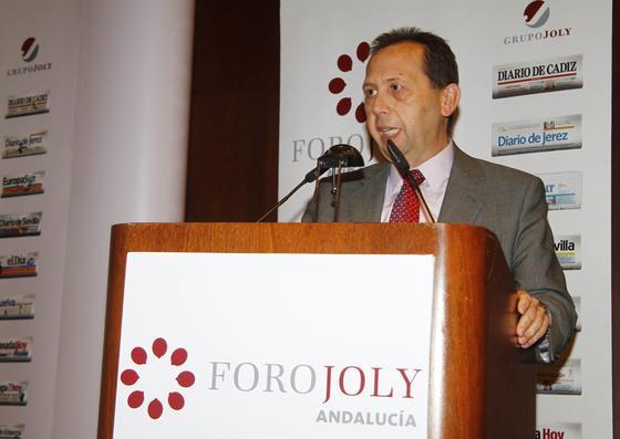 José Antonio Carrizosa, director de publicaciones del Grupo Joly y director de 'Diario de Sevilla', presenta a los invitados al foro.  Foto: V. Hidalgo