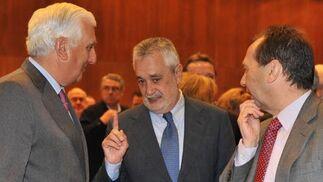 Griñán charla con Herrero y Carrizosa al finalizar el foro.  Foto: JC Vazquez