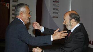 Griñan y Rubalcaba, abrazándose  Foto: V. Hidalgo