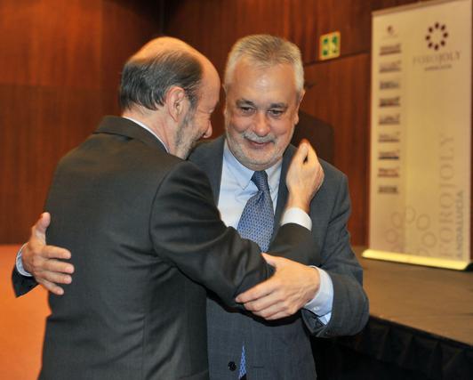 Griñan y Rubalcaba, abrazándose  Foto: JC Vazquez