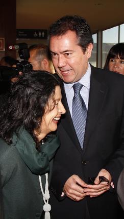 Juan Espadas junto a Mercedes de Pablos.  Foto: V. Hidalgo