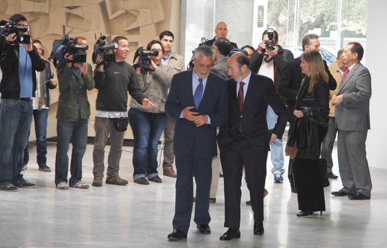 Llegada de José Antonio Griñán y Alfredo Pérez Rubalcaba.  Foto: JC Vazquez