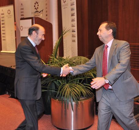 Rubalcaba saluda a José Antonio Carrizosa, director de publicaciones del grupo y director de 'Diario de Sevilla'.  Foto: JC Vazquez
