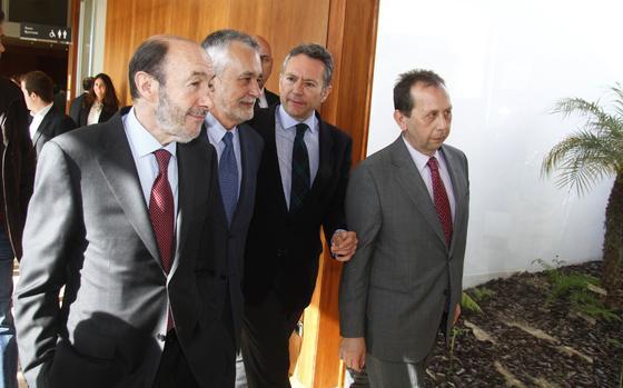 Rubalcaba y Griñán junto a José Joly, presidente del Grupo Joly y José Antonio Carrizosa, director de publicaciones del grupo y director de 'Diario de Sevilla'.  Foto: JC Vazquez