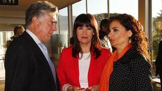 Micaela Navarro. consejera de Igualdad y Bienestar Social, y María Jesús Montero, consejera de Salud.  Foto: JC Vazquez