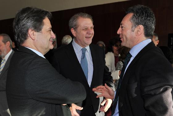 Los arquitectos Víctor Pérez Escolano y Jaime Montaner, con José Joly.  Foto: Juan Carlos Vazquez y Victoria Hidalgo